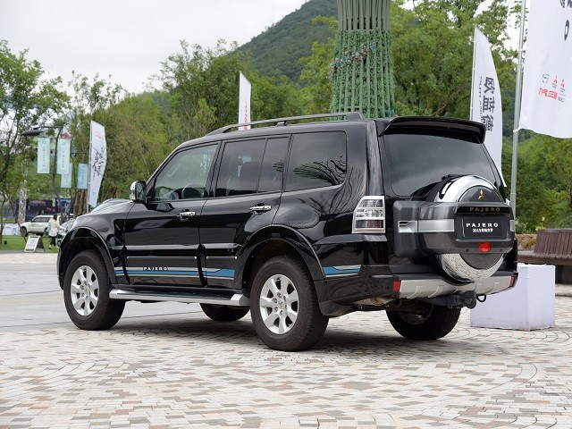 https://quickdrive.ae/uploads/2021/02/08/pajero.jpg